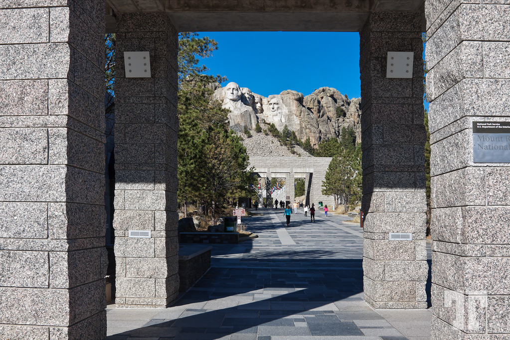 mount-rushmore-monument-2-XL.jpg