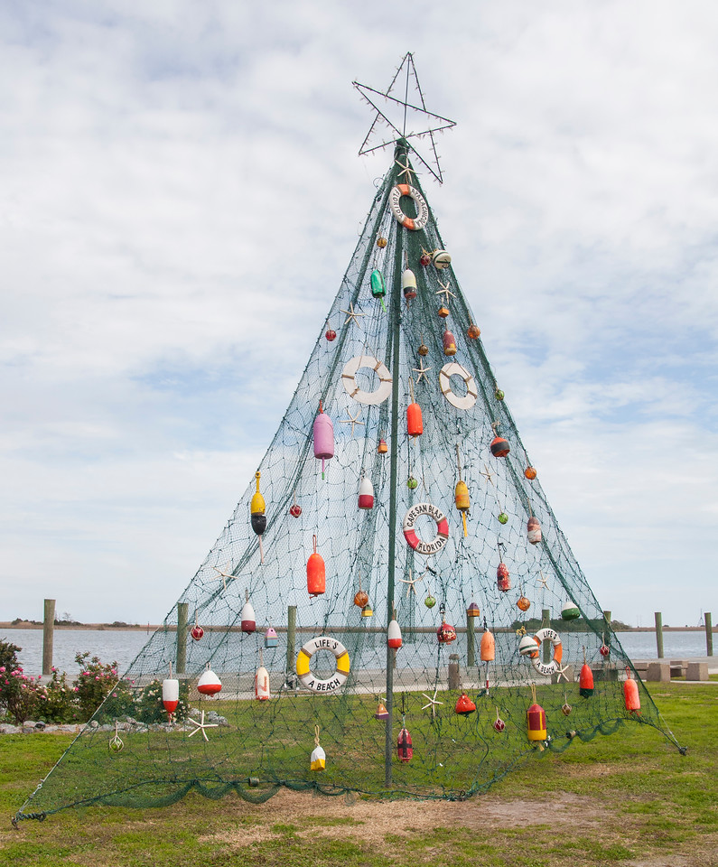 We arrived between Christmas and New Year's Day and got to see some very interesting and creative Christmas decorations.  This Christmas tree is made from a fishing net and decorated with fishing floats.  It was located on the bank of the Apalachicola River.