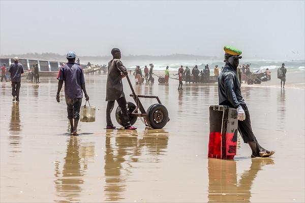 Kayar - the bearers await the return of the fishing boats
