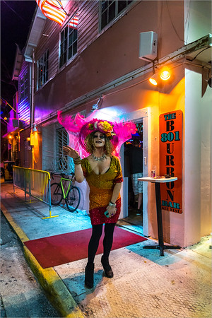 Key West - una Drag Queen davanti al locale dove si esibisce