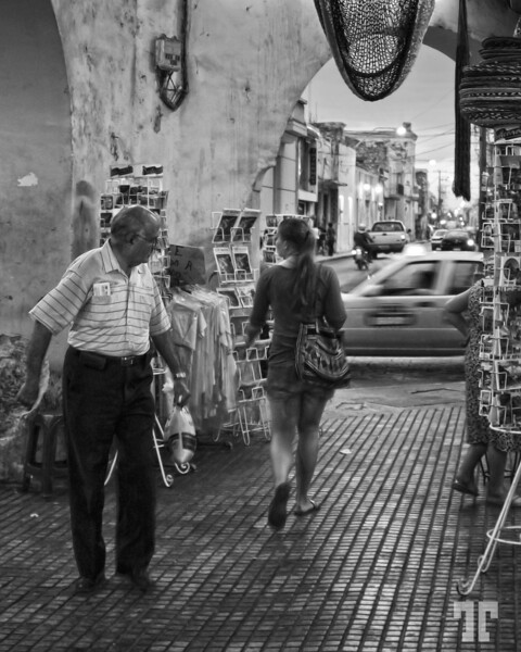 18 March 09<br /> <br /> Everybody likes curves :)<br /> * Too bad I had to use a high ISO, because of the poor light...<br /> <br /> Street scene in Merida, Yucatan, Mexicomexican lifestyle