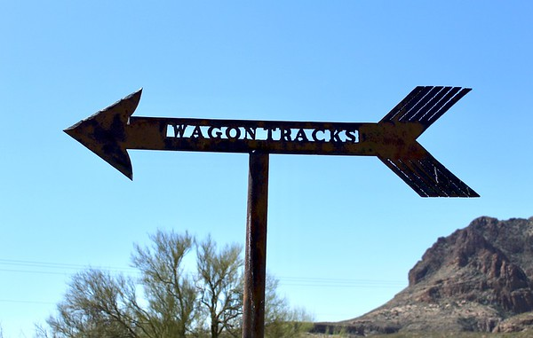 A sign points the way to a set of old wagon tracks preserved near Pinal City (2018)