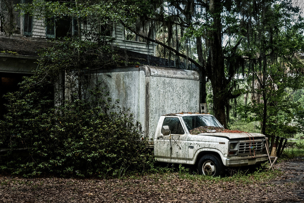 This truck is on the side of the house which had all the toilets on the other side of the yard.  The townspeople of Micanopy just love this guy - NOT!  People come to view the quaint little town from the early 1920's & 1930's and get this eyesore.  There was junk all over the porch, a rotten piece of fencing in the yard and a dilapidated sign which read antiques.