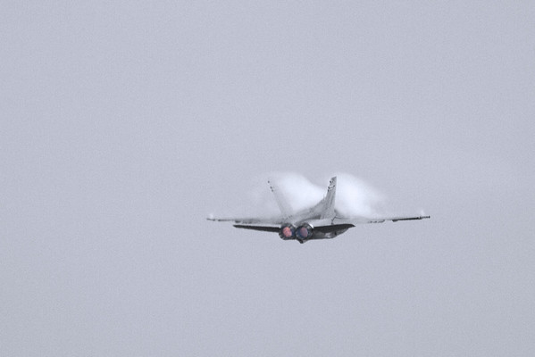 Check out those vapor trails and afterburners!