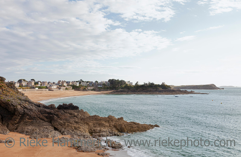 Beach in Saint-Malo with stone houses - Plage du Val, Saint-Malo, Brittany, France