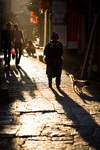 Lijiang is all about small narrow alley's and when the afternoon sun hits the streets you get great effects from the low sun