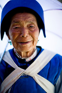 """Naaxi lady posing and selling small """"good luck bags"""", bags filled with some protecting herbs, that you keep around your neck to keep evil spirits and colds away."""