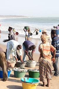 09AZb994 Africa Fishermen Gambia Gunjur Market PortWork