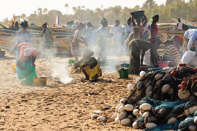 09AZb1025 Africa Candid Fishermen Gambia Gunjur PortWork