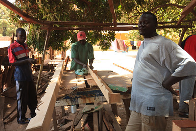 09AZa1816 Africa Carpenters Essau Gambia Street WorkShop Men