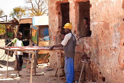 09AZb893 Africa Essau Gambia Mechanics Street WorkShop Men