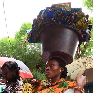09AZa2527 Africa Balancing Bamako Mali Market Street Textile