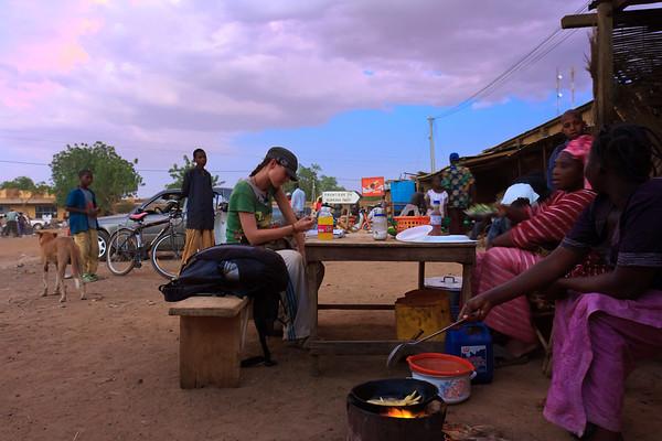 09AZa3677 Africa Koro Lu Barnham Mali Street Sunset Women