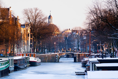 Waiting for the ice to thicken  The City of Amsterdam has asked the water authority to ban boat traffic along Keizersgracht, Prinsengracht and Lijnbaansgracht from here, Brouwersgracht as far as Leidsegracht to allow the ice to thicken. They have also closed locks and sluices to further improve the chances of creating a skaters winter paradise.  For now we wait.