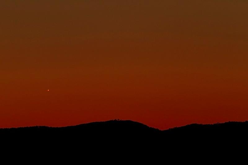 Jupiter en el horizonte a punto de ponerse