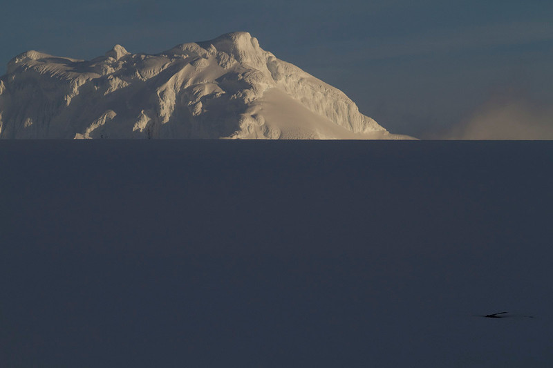 Horizonte de nieve lisa oscurecida (donde se incluyó un pequeño elemento para deshacer el efecto inicial) da la impresión de ser el mar revelando una mole cubierta de nieve en Livingston