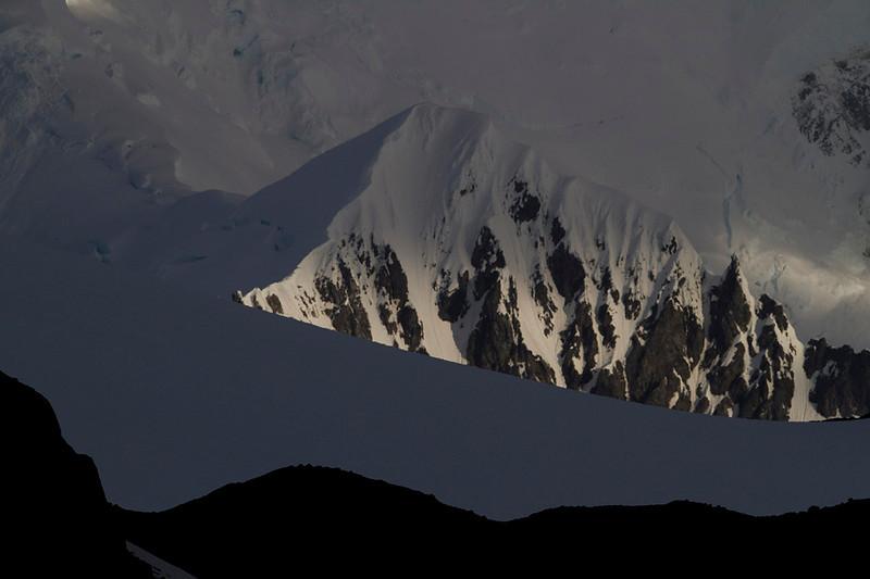 Un poco de luz oblicua revela las texturas de la roca cubierta de nieve en una isla Livingston cubierta de sombras