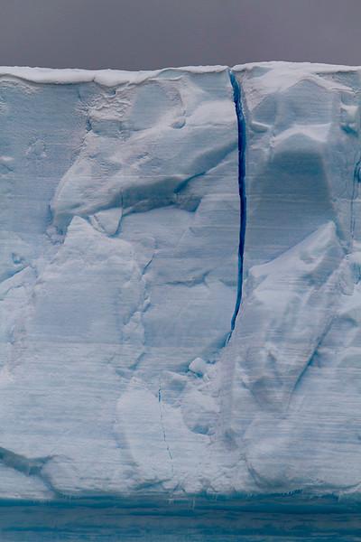 Fractura en un gran témpano a la deriva en el Estrecho de Bransfield