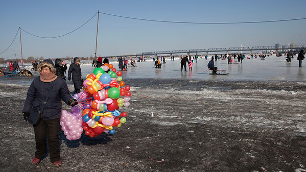 Balloon Seller, Songhua River, Harbin, Heiliongjiang Province, China
