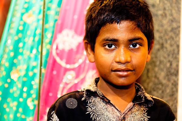08IB458 Andhra Pradesh Hyderabad India Kid Market Textile
