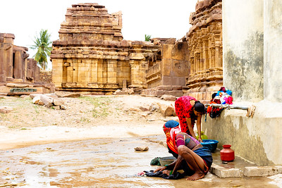 08IB231 Aihole Hindu India Karnataka Temple Washing