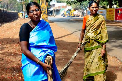 08IB506 Bidar Cleaners India Karnataka Street Young Women