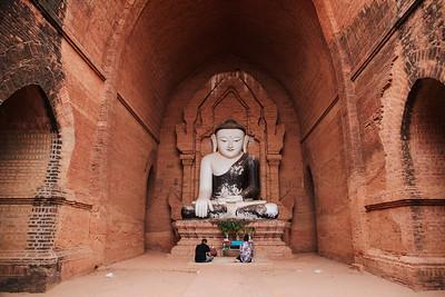 Prayers at Pyathada, Bagan
