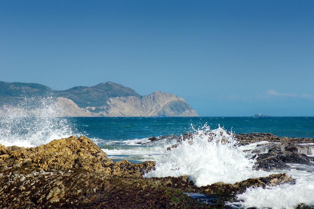 Waves crashing along the rocky coast at Limantour Beach. ref: 38337d23-ab57-4b56-9acd-86cab929149f