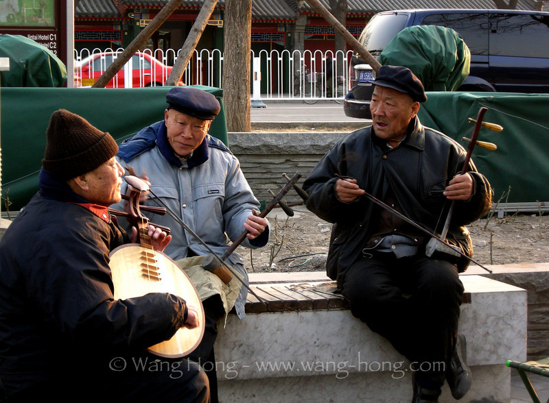 Peking Opera fans on street by Shi Cha Hai lake. 什刹海前老戏迷
