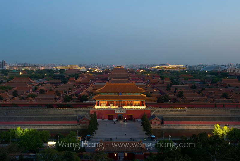 The Forbidden City in early evening on a clear spring day,2012. 夜色初降紫禁城,2012年早春。