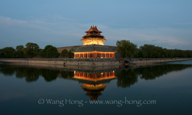 North-west corner tower of the Forbidden City and the moat on a clear early summer day in 2012 故宫角楼在2012年夏天一个晴朗的黄昏。