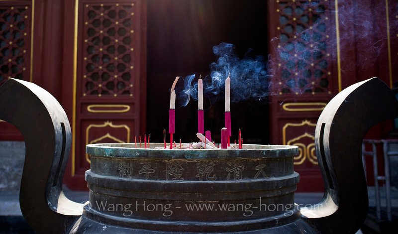 Burning of incense at Temple of Earth. 地坛内燃一柱香。