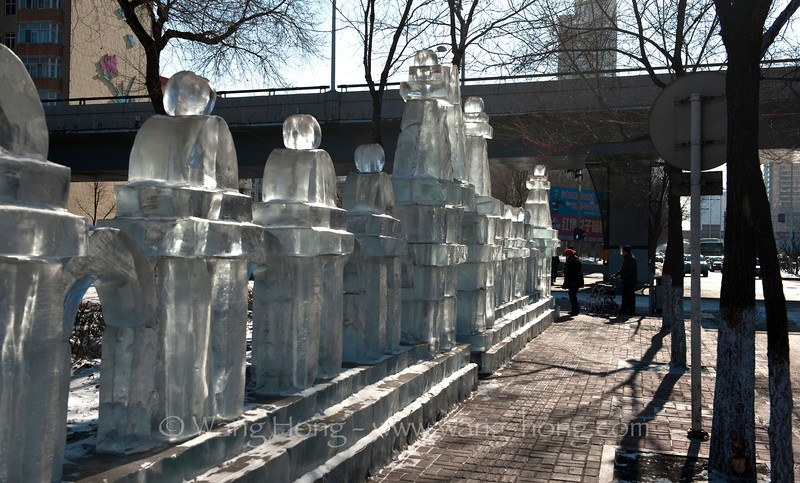 Streets in Harbin are decorated with many ice sculptures during winter months. 冰雕点缀的哈尔滨街道。