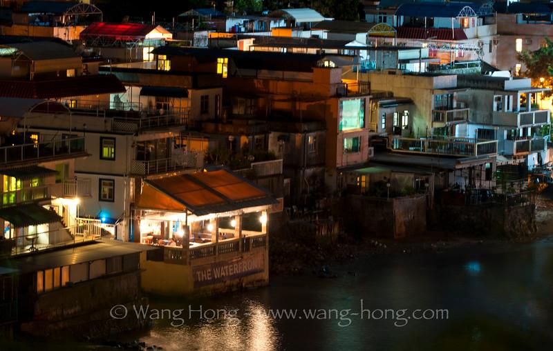 Waterfront of Yung Shue Wan Village of Lamma Island at night. 南丫岛榕树湾水边的餐厅。