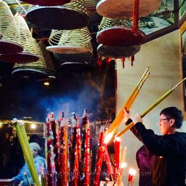 Burning incenses at Tin Hau Temple on Lamma Island, at the start of the Year of Sheep.  羊年初一第一刻在南丫天后庙。