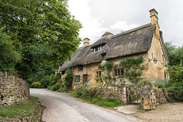 Thatched roof cottage in the Cotswolds