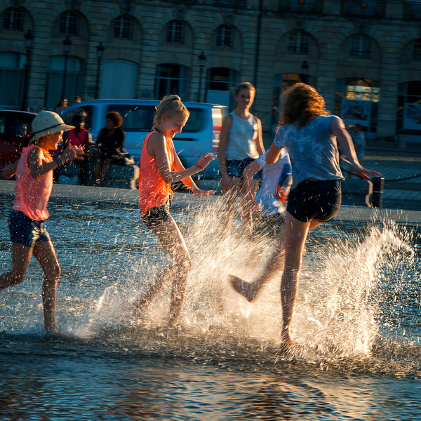 playing at the Mirroir d'Eau