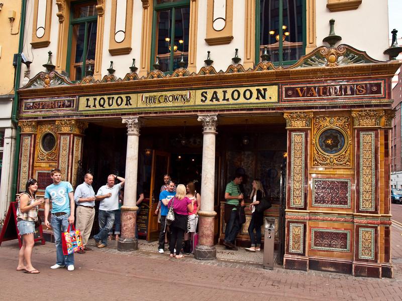 The Crown Pub<br /> Belfast, Northern Ireland<br /> Saturday, 5 June 2010<br /> Photo © Sean Murphy  2010