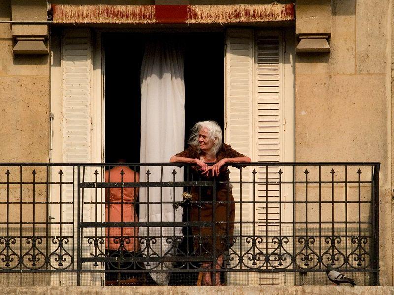 Dressmaker on apartment balcony near the Basilique du Sacre'-Coeur, Montmartre, (20 June 05).