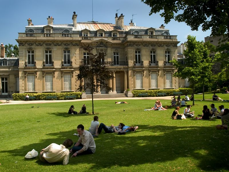 Lunch on the lawn of an art museum off the Avenue de Friedland near the Champs Elysee in Paris France, 24 June 05.