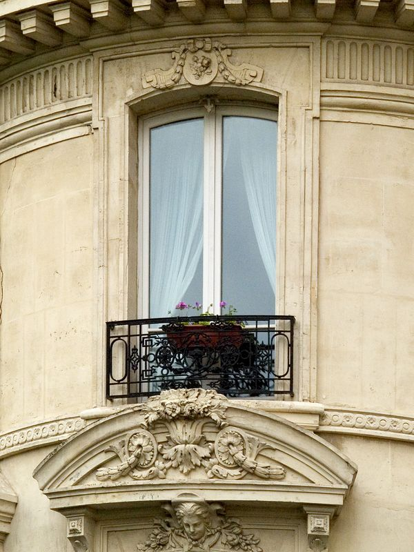 John and Mercedes' window on the Avenue de Friedland, one of 12 Streets that radiates from the circular Place Charles de Gaulle square and the Arc de Triumphe. The streets are named after French military leaders (23 Jun 05).