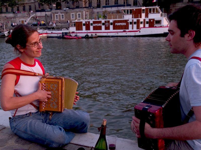 Musicians (avec du vin) near the Pont Neuf (French for 'New Bridge') the oldest bridge in Paris. (21Jun 05)