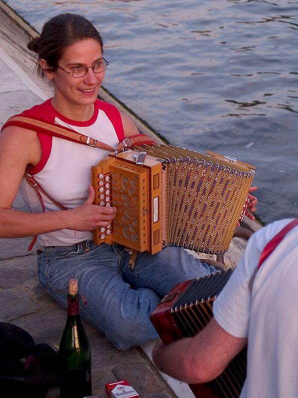 "Concertina musician ( <a href=""http://www.concertina.net"">http://www.concertina.net</a>) near the Pont Neuf (French for 'New Bridge') the oldest bridge in Paris.  (21 Jun 05)"