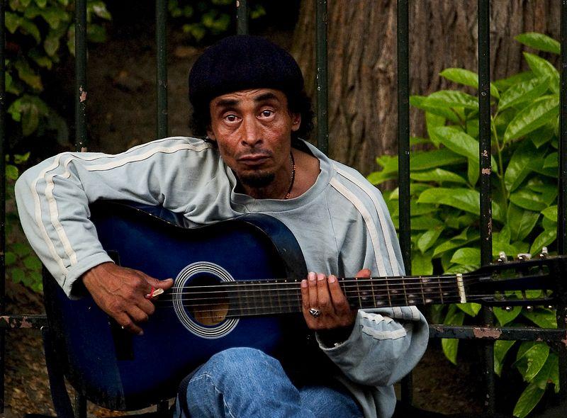 Musician near the Basilique du Sacre'-Coeur, Montmartre (20 Jun 05).