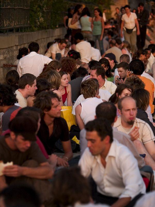 Evening picnic crowd gather near Pont Neuf on the Ile de la Cité, Paris (21 Jun 05).
