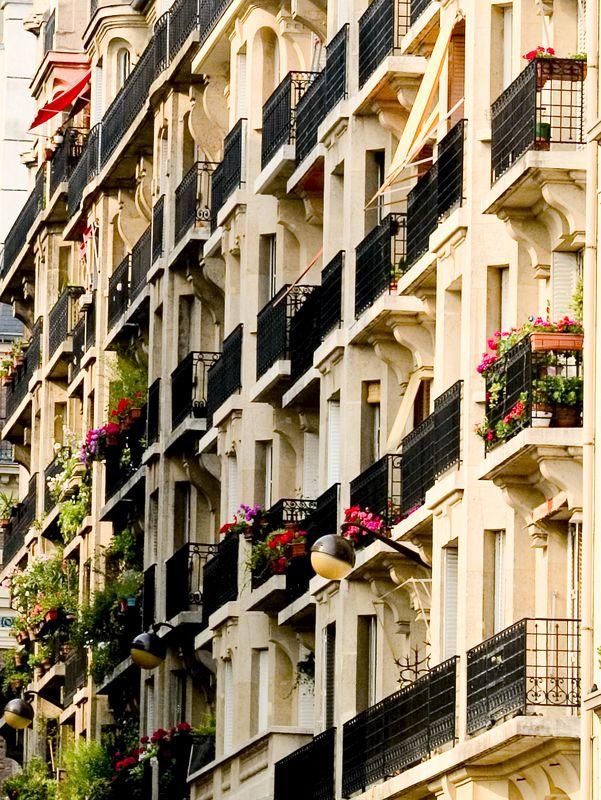 Apartment scene near the Basilique du Sacre'-Coeur, Montmartre, Paris, France (20 June 05).
