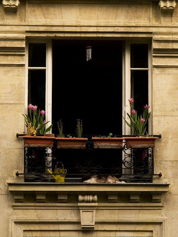 Balcony scene near the Basilique du Sacre'-Coeur, Montmartre, Paris, France (20 June 05).
