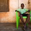 Criança sentada à porta de casa. Tabanca de Caur de Cima - sector de Empada, região de Quinara.
