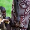 Ai um branco! Criança acompanha a mãe que participa numa reunião no âmbito de um projecto de reforço da segurança alimentar. Tabanca de Biangha - sector de Fulacunda, região de Quinara.