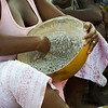 Mulher de Sintcha Tchali a preparar moni (prato à base de milho preto) para cortar o jejum durante o Ramadão.